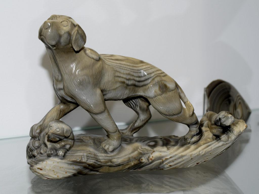 Krzemień pasiasty - rzeźba psa