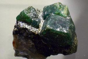 Kryształy szmaragdów w łupku aktynolitowym (Rosja, Izumrudnyje Kopy)