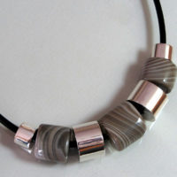 Naszyjnik - krzemień pasiasty, srebrne przekładki