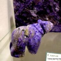 Figurka niedźwiedzia z czaroitu z muzeum minerałów w Świętej Katarzynie.