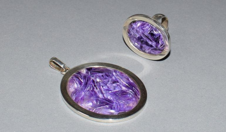 Wisior i pierścionek z czaroitu w srebrnrj oprawie