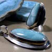 Biżuteria z larimaru wykonana w pracowni muzeum minerałów w Świętej Katarzynie.