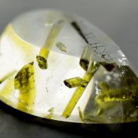 Kryształ górski z wrostkami epidotu