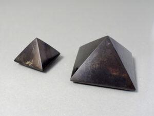 piramidki z szungitu