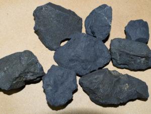 Kawałki szungitu. Muzeum minerałów i skamieniałości w Świętej Katarzynie