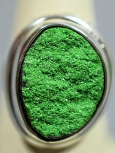 Uwarowit - srebrny pierścionek z zielonym granatem, uwarowitem