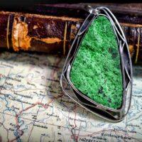 Wisior z uwarowitu - zielonego granatu z Uralu