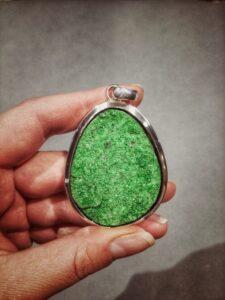 Biżuteria z zielonym granatem, uwarowitem