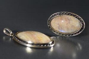 Komplet z białomorytu (rosyjskiego kamienia księżycowego)
