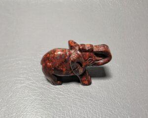 Słoń z czerwonego jaspisu brekcjowatego